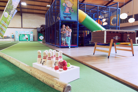 Children's partys mit Schwimmen, Bowling, Spieldeck, Nägel, massieren und lackieren, Kisten stapelnties with swimming, bowling, game deck, massaging and painting nails, stacking crates